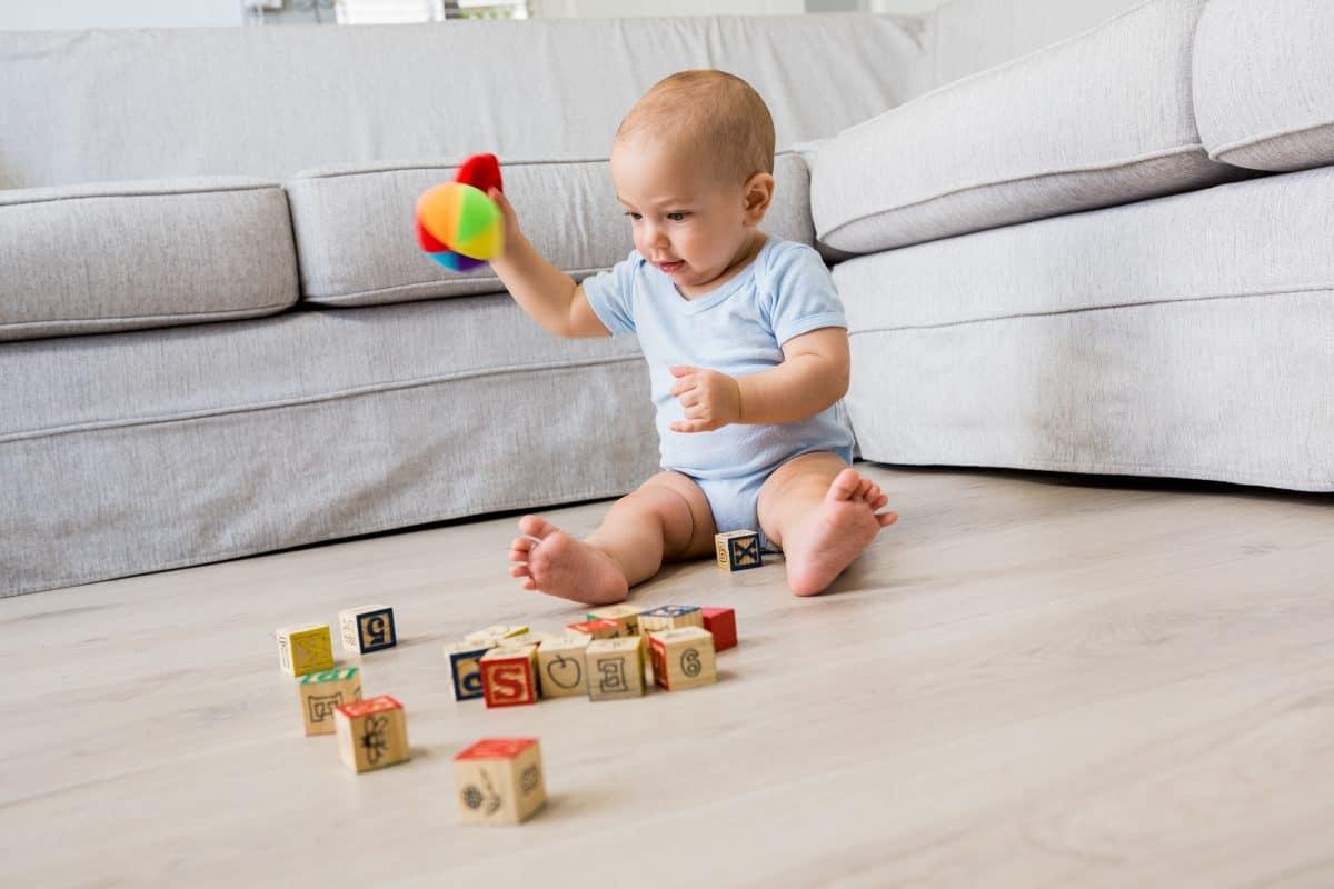 مراحل تطور الطفل الجلوس