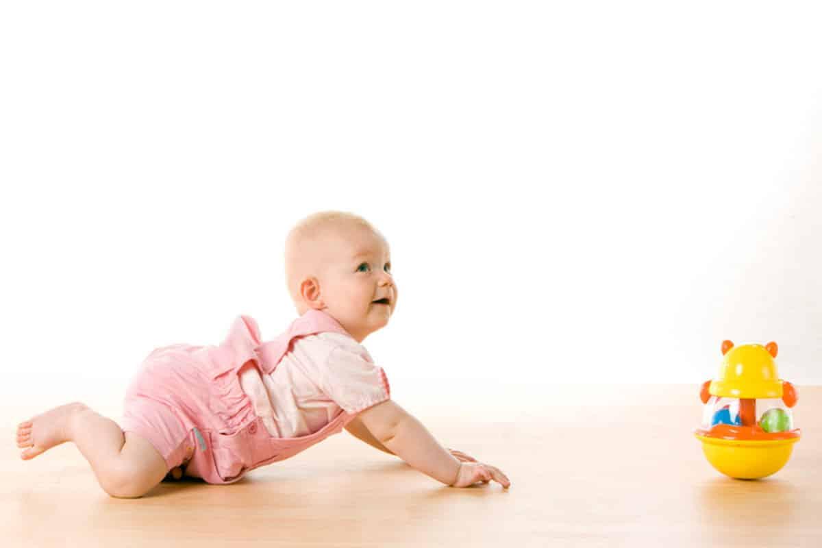 مراحل تطور الطفل الحبو أو الزحف