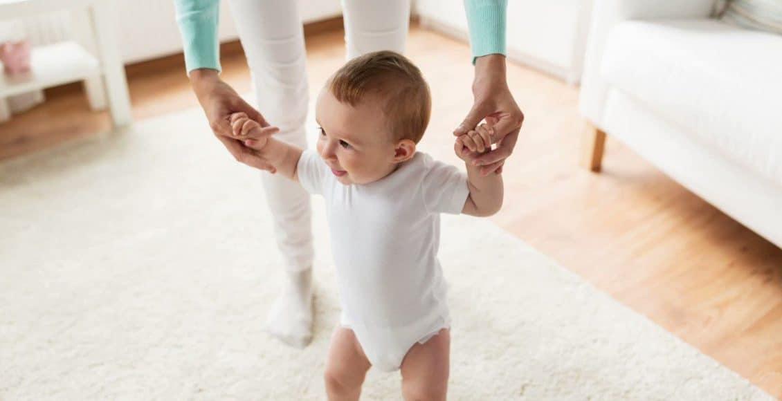 كيف اجعل طفلي يمشي