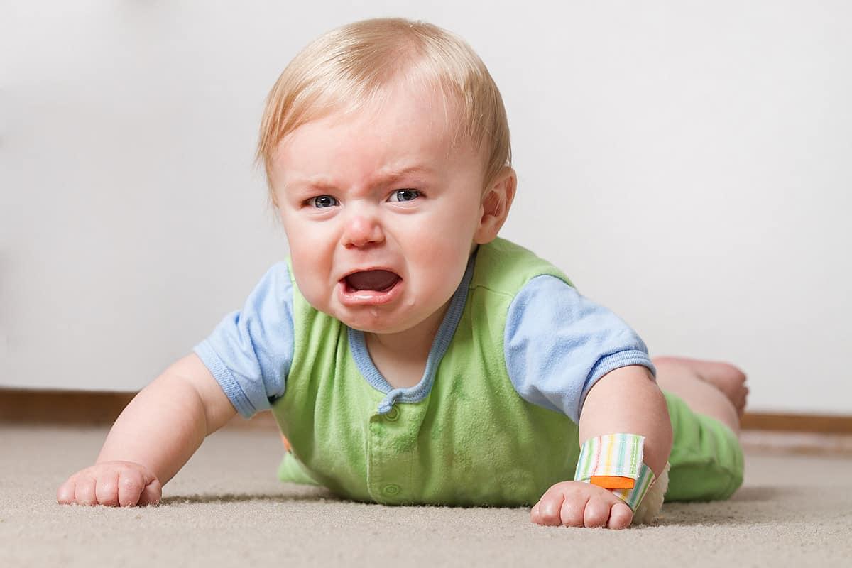 كيف تتعامل مع الطفل الذي يبكي
