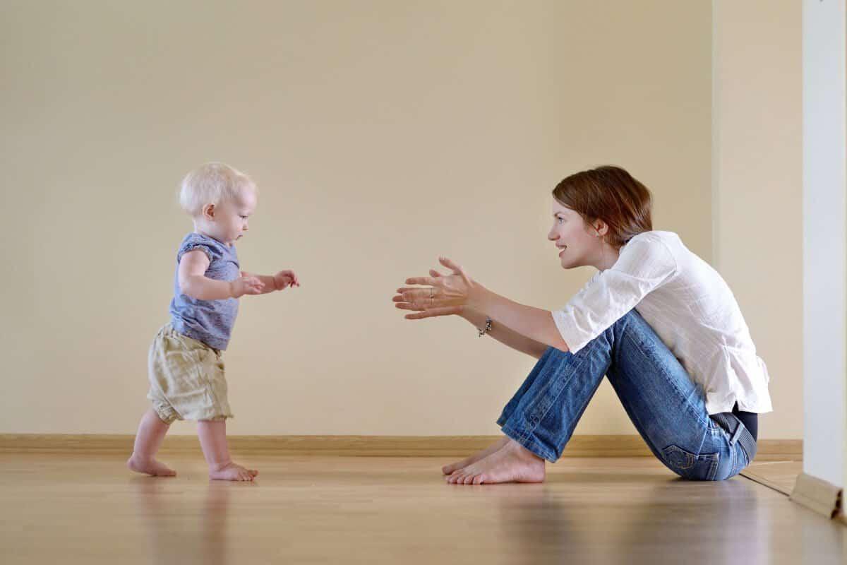 كيفية اللعب مع الاطفال حديثي المشي