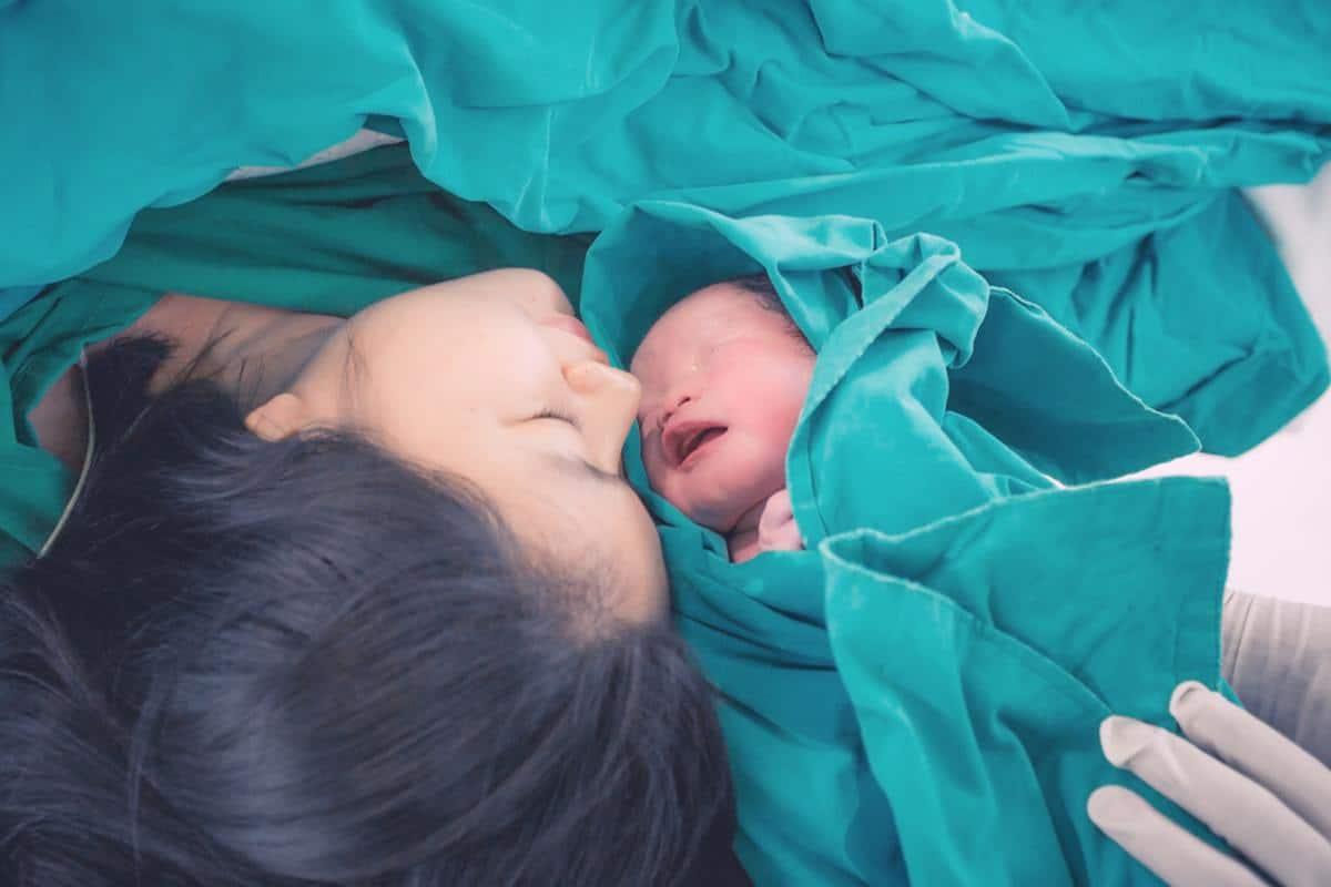 الفرق بين الولادة الطبيعية والولادة القيصرية