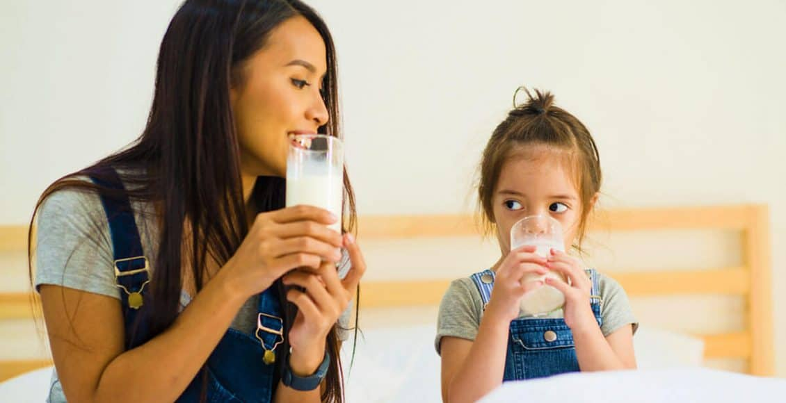 كيف أجعل طفلي يشرب الحليب بالكاس