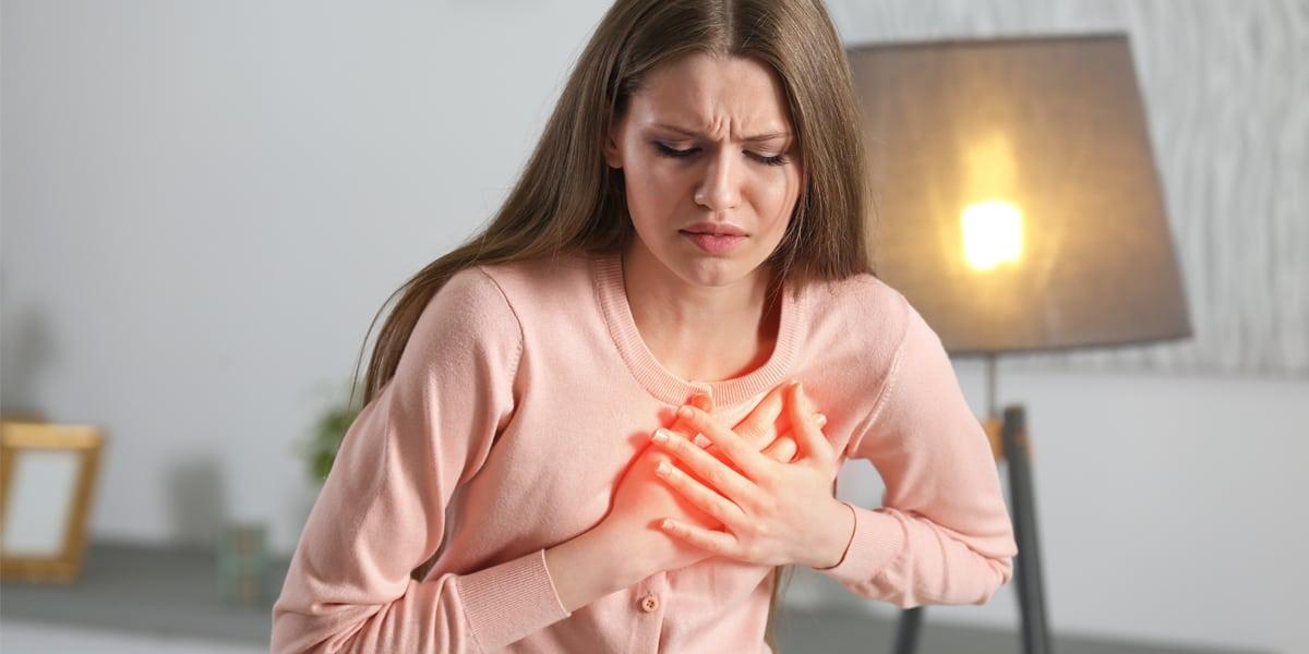 هل غازات البطن تسبب ألم في الثدي