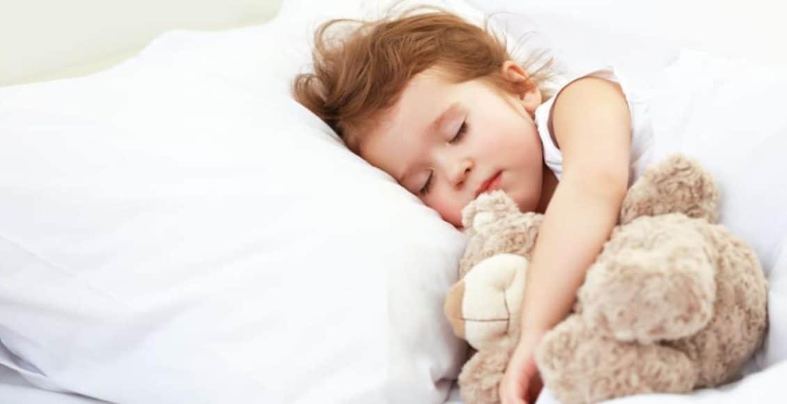 كيف أعود طفلي على النوم في غرفته